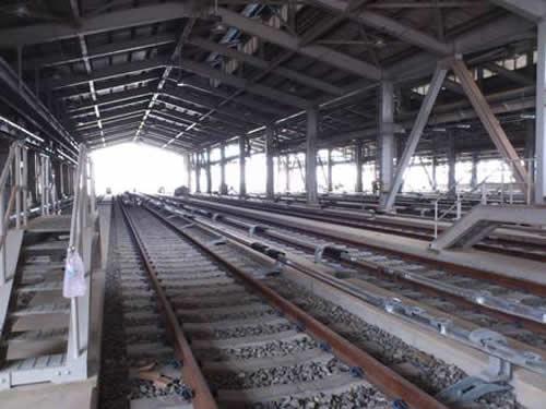由领航站的高架桥下踏进青埔机厂的大门